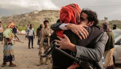 الحكومة تؤكد التزامها بإتمام صفقة تبادل الأسرى وتتهم الحوثيين بالعرقلة