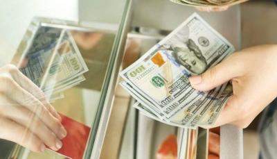 الدولار يقترب من حاجز الـ 700 في عدن وإجراءات حكومية ضد الصرافين