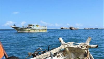 الحكومة: إيران تستخدم سفن الصيد كغطاء لعمليات تهريب الأسلحة للحوثيين