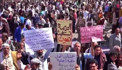 """استنكرت موقف غريفيث.. مظاهرة في تعز تندد بجرائم الحوثيين في منطقة """"الحيمة"""""""