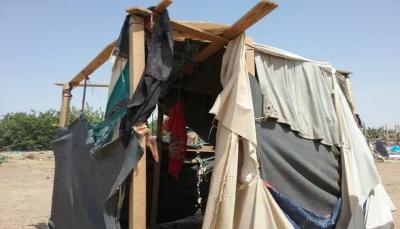 مأرب.. تفاقم معاناة النازحين في 73 مخيماً جراء الأمطار وتضاريس الصحاري