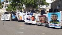 عدن: وقفة احتجاجية أمام قصر المعاشيق تطالب بالإفراج عن المختطفين