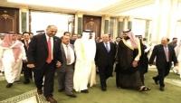 بالتزامن مع مغادر الرئيس هادي للرياض.. مستشار رئاسي يعلن بدء مشاورات تشكيل الحكومة المقبلة
